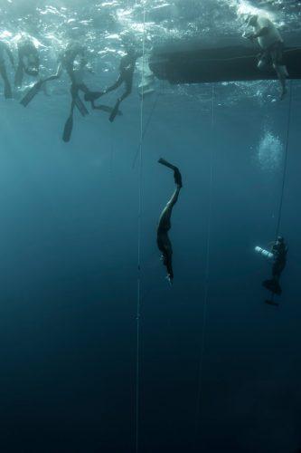 Un apnéiste pendant une descente en mer, en monopalme, le long d'un câble: apnée dans l'élément naturel