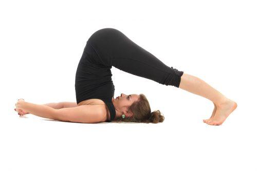 yoga : position de la charrue pour l'assouplissement du dos en monopalme apnée